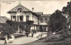 Postcard Mondorf les Bains Luxemburg, Im Park, Parkhaus, Frau mit Kinderwagen