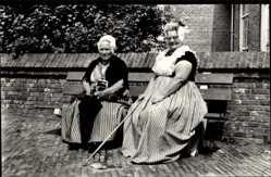 Ak Walcherse Dracht, Zwei ältere Damen in Tracht, Gehstock, Regenschirm