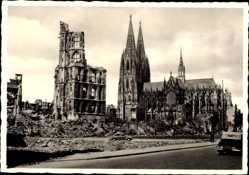 Postcard Köln am Rhein, Blick auf Dom und Rathausruine, Kriegszerstörungen