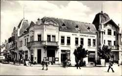 Postcard Levice Lewenz Slowakei, Hotel Komunalny Podnik, Straßenpartie