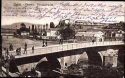 Postcard Skopje Mazedonien, Vardarbrücke, Passanten, Blick zur Festung
