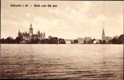 Postcard Schwerin in Mecklenburg Vorpommern, Blick vom See auf die Stadt