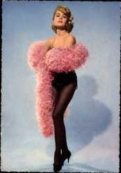 Ansichtskarte / Postkarte Schauspielerin Sandra Dee, Federboa, Strumpfhose, Federboa