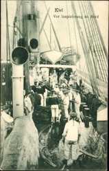 Postcard Kiel, Vor Inspizierung an Bord, Matrosen auf einem Schiff