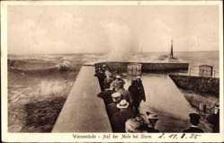 Postcard Rostock Warnemünde, Ostseebad, Auf der Mole bei Sturm