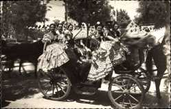 Postcard Sevilla Andalusien, Feria de Abril, Grupo de Flamencas, Spanier in Trachten