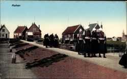 Ak Marken Nordholland, Niederländer in Trachten, Wall