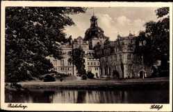 Postcard Bückeburg, Blick auf das Schloss, Gewässer, Uferpromenade