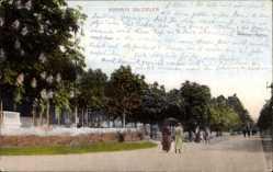 Postcard Bad Salzuflen, Kurhaus, Straßenpartie, Passanten, Bäume