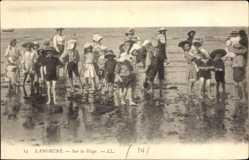 Ak Langrune Calvados, Sur la Plage, Kinder waten im Wasser am Strand