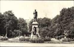 Foto Ak Finnland, Blick auf ein Denkmal, Grünanlagen