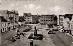 Postcard Herford in Nordrhein Westfalen, Blick auf den alten Markt, Denkmal, Autos