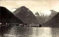 Foto Ak Bartholm Norwegen, Blick auf den Ort vom Wasser aus, Gebirge