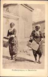 Postcard Mazedonien, Straßensprengung, Frauen bewässern Straße mit Gieskannen