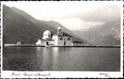Foto Ak Perast Montenegro, Gospa od Skarpielo, Blick auf ein Gebäude, Berge