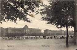 Postcard Hannover in Niedersachsen, Menschenansammlung auf dem Welfenplatz