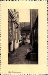 Postcard Scheveningen Den Haag Südholland, Kleine Gasse, alte Frau