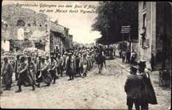 Postcard Vigneulles Moselle, Französische Gefangene, Marsch durch den Ort
