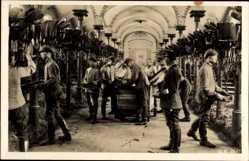 Postcard Deutsche Reichswehr, Stalldienst, Pferdestall, Soldaten