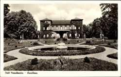 Postcard Krauchenwies Kr. Sigmaringen, Partie am Landhaus, Parkanlage, Brunnen