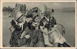 Ak Volkstrachten am Bodensee, Junge Mädchen am Wasser, Hüte