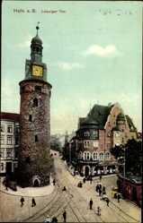 Postcard Halle an der Saale, Leipziger Tor, Passanten, Geschäft