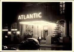 Postcard Hamburg Mitte Altstadt, Portal des Atlantic Hotels bei Nacht, Portier
