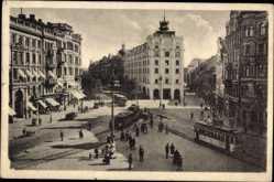 Postcard Stockholm Schweden, Blick auf einen Platz, Straßenbahnen, Passanten