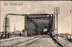 Ak Riga Lettland, Partie an der Eisenbahnbrücke, Kirche, Dampflok