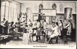 Postcard Die Schnitzlerschule, Junge Männer lernen das Holzschnitzen