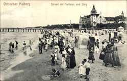 Ak Kołobrzeg Kolberg Pommern, Strand mit Kurhaus und Steg, Strandbesucher