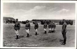 Postcard Auf dem Kasernenhof, Ehrenbezeugung, Wehrmacht, Salut