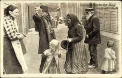 Postcard Ostpreußen, Veteran mit seiner Familie auf der Flucht, Kriegsflüchtlinge