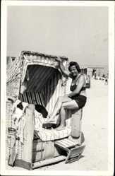 Foto Ak Frau in Bikini auf einem Strandkorb posierend