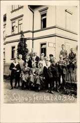 Foto Ak Schnepfental Waltershausen, Personengruppe vor Wohngebäude