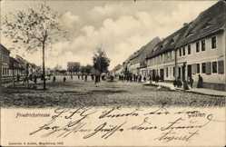Postcard Güsten im Salzlandkreis, Blick in die Friedrichstraße, Baum, Passanten