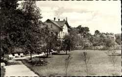 Postcard Jocketa Pöhl Vogtland, Partie in den Bahnhofsanlagen, Weg, Gebäude