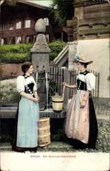Ak Im Berneroberland, zwei Frauen in Tracht am Brunnen