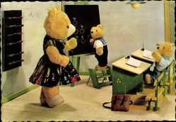Ak Teddybären in der Schule, Lehrerin, Tafel, Schreibpult, Ranzen