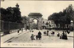 Ak Nevers Nièvre, La Rue et la Porte de Paris, Passanten, Kinderwagen