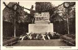 Ak Salzwedel in der Altmark, Partie am Kriegerdenkmal, Kränze