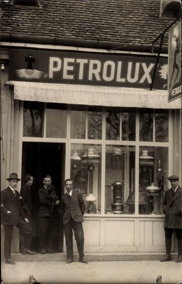 Photo Postcard Männer vor einem Gaslampen Geschäft ...