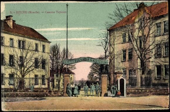 Carte postale Bitche Moselle, Soldats devant la Caserne Teyssier