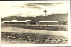 Ansichtskarte / Postkarte Papua Neuguinea, Ansicht einer Lagerhütte, Wolkendecke, Gebirge