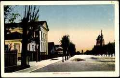 Postcard Brest Litowsk Weißrussland, Straßenpartie mit Kirche, Bäumen und Häusern