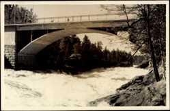 Foto Ak Finnland, Kanalpartie mit Brücke, Reißender Strom
