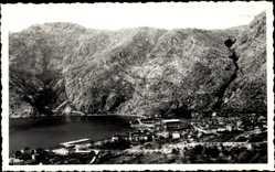 Foto Ak Risan Montenegro, Blick auf die Stadt am Gewässer, im Talinneren