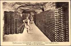 Cp Vouvray Indre et Loire, Etablissements Vavasseur et Bernardet, des bouteilles