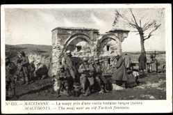 Postcard Macédonie Mazedonien, La Saoupe près d'une vieille fontaine turque, ruine