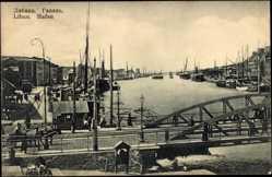 Postcard Liepaja Libau Lettland, Blick in den Hafen, Brücke, Boote